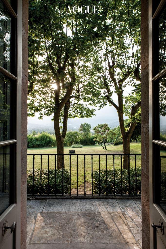 디올이 46세가 되던 1951년, 마침내 그는 그라스 중심에 있는 성, '샤토 드 라 콜 누아르'를 인수한다. 매입 당시 그 저택은 몽토루 평원이 한눈에 내려다보이는 아름다운 풍광을 자랑했지만 와인 셀러와 헛간으로 쓰이던 방치된 공간에 불과했다. 디올은 리뉴얼을 위해 네오 프로방스 건축의 대가인 앙드레 스베친를 불러들였다. 성 주변의 부지는 그 지역 농업 전문가들로 구성된 팀을 꾸렸다. 그리고 직접 이 모든 작업을 섬세하게 진두지휘하기 시작한다. 뜰에는 화려한 가든을 꾸미고, 성 주변에는 수백 그루의 아몬드, 올리브, 체리, 포도나무를 심었다. 파리에 가 있을 때도 그는 끊임없이 그의 '프로방스 드림'이 실현되는 과정을 체크하곤 했다.