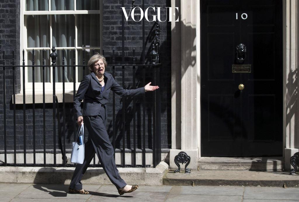 """좋아하는 브랜드로는 '비비안 웨스트우드'를 꼽았고요. 영국 일간지 는 """"메이 총리의 패션에 대한 열정이 정치에도 화려함을 가져다 줄 것""""이라며 """"신선한 충격을 주는 지도자""""라고 전했습니다."""