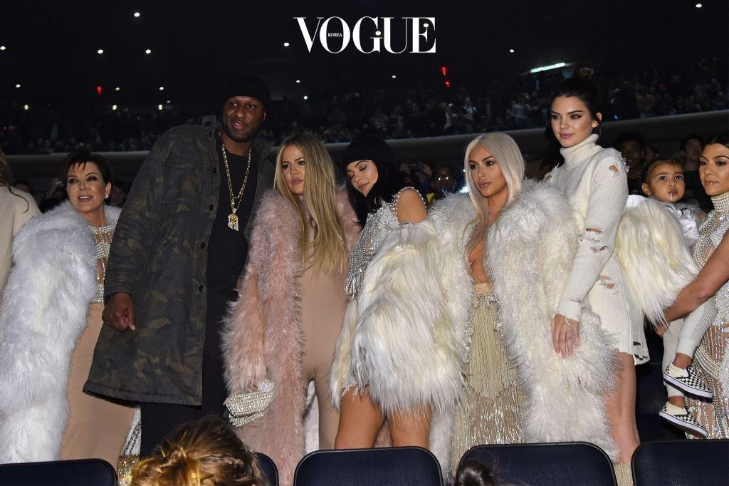 크리스 제너(Chris Jenner) 이슈를 몰고 다니는 다섯 여자! 킴 카다시안, 클로에 카다시안, 코트니 카다시안, 켄달 제너, 카일리 제너가 모두 한 배에서 태어났답니다. 바로 크리스 제너! 아들 롭 카다시안까지 여섯 명의 자녀를 출산한 크리스. 예순이 넘은 나이에도 딸들과 함께 파티에 참석하며 여전히 젊은 인생을 즐기는 중입니다.