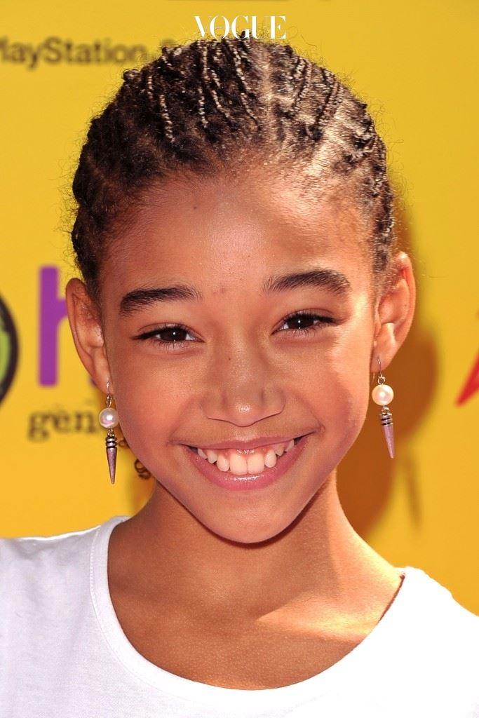 1998년 로스앤젤러스에서 태어난 아만들라는 6세 때 디즈니의 카탈로그 모델로 활동하며 연예계에 발을 들이게 됩니다.