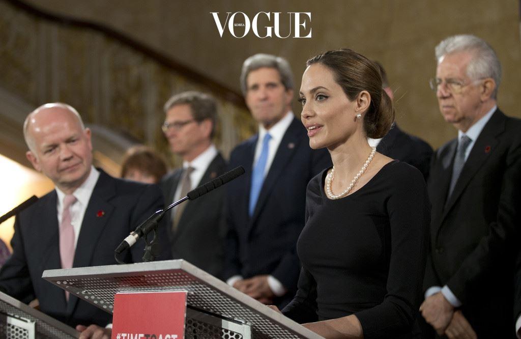 안젤리나 졸리(Angelina Jolie) 안젤리나 졸리는 2001년 유엔난민기구(UNHCR) 친선대사로 임명된 후, 지금까지 난민 문제 해결에 두 팔을 걷고 있습니다. 전 세계 분쟁국가를 방문하며 함께 아픔을 나눠왔답니다.
