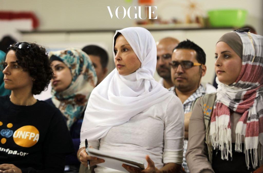 그녀는 시리아에 직접 방문해 2주 동안 함께 생활하며 아동들의 강제 결혼과 전쟁지역의 전염병을 막고자 힘썼습니다.
