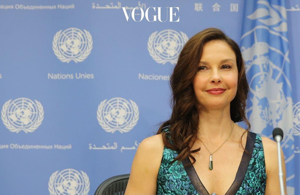 애슐리 주드(Ashley Judd) 세계 곳곳에서 가정 폭력과 성폭력을 겪고 있는 여성들을 위해 애슐리 주드가 나섰습니다. 농구, 축구, 하키 팀의 기금 마련 운동을 하고 지역신문에 칼럼을 쓰는 등 사회활동을 활발히 해온 그녀가 올해 3월, UN 인구기금(UNFPA)에 친선대사로 발탁된 것!