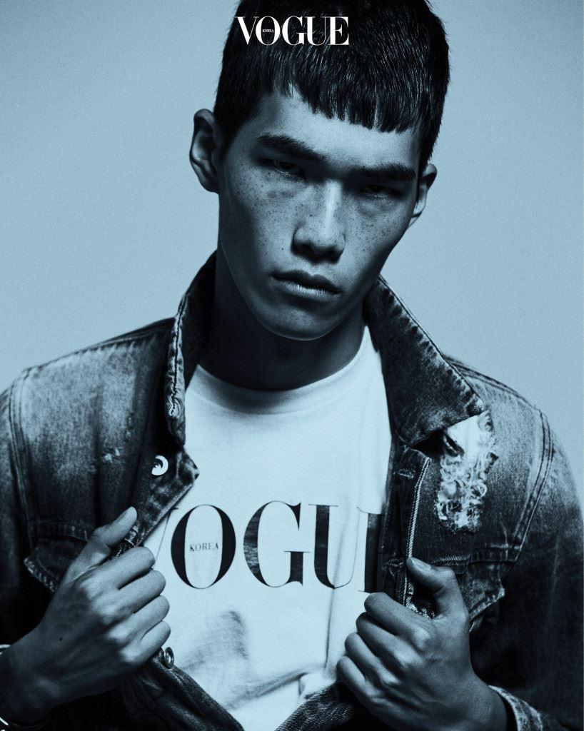 제임스 딘이 연상되는 빈티지한 진 재킷은 캘빈 클라인 진(Calvin Klein Jeans).