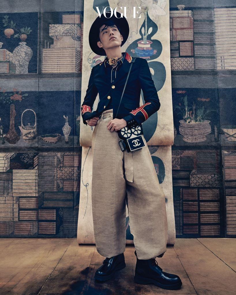 금장 버튼의 장교 재킷과 실크 셔츠는 생로랑(Saint Laurent), 천연 염색 한복 바지는 한복린(Hanbok Lynn), 검정 페도라는 구찌(Gucci), 장미 초커는 프라다(Prada), 영사기 모양의 백은 샤넬(Chanel), 검정 워커 부츠는 디올 옴므(Dior Homme).