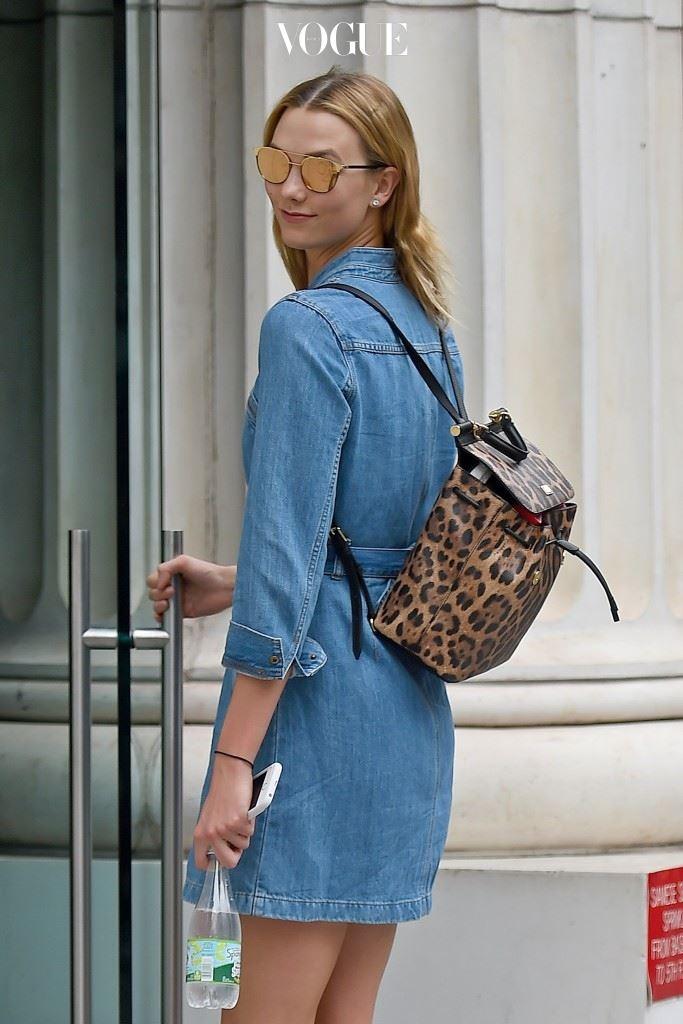 아니, 이게 뭔가요. 패셔니스타가 선택한 가방이 '백팩'? 칼리 클로스(Karlie Kloss)