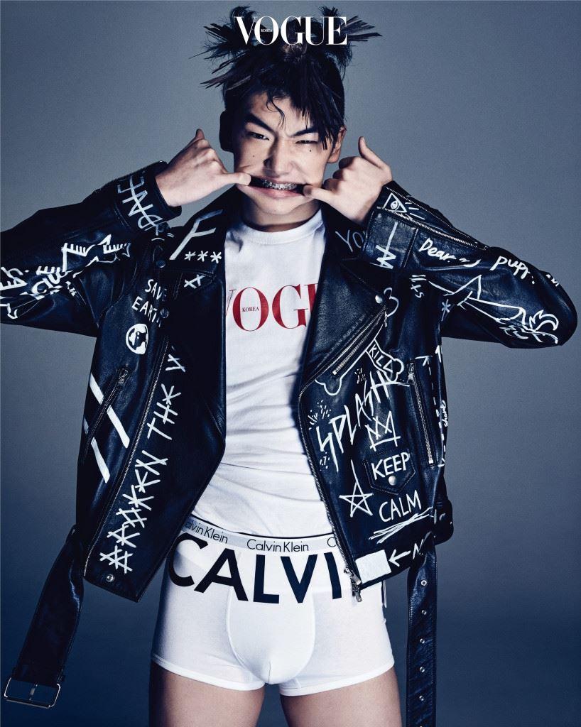그래피티 바이커 재킷은 블라인드니스(Blindness), 로고 프린트 사각 팬티는 캘빈 클라인 언더웨어(Calvin Klein Underwear)