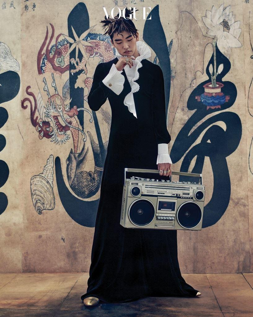 흰색 아코디언 플리츠 칼라 장식의 검정 벨벳 롱 드레스는 랄프 로렌(Ralph Lauren), 반지는 락킹에이지(Rocking Ag), 금색 첼시 부츠는 생로랑(Saint Laurent).