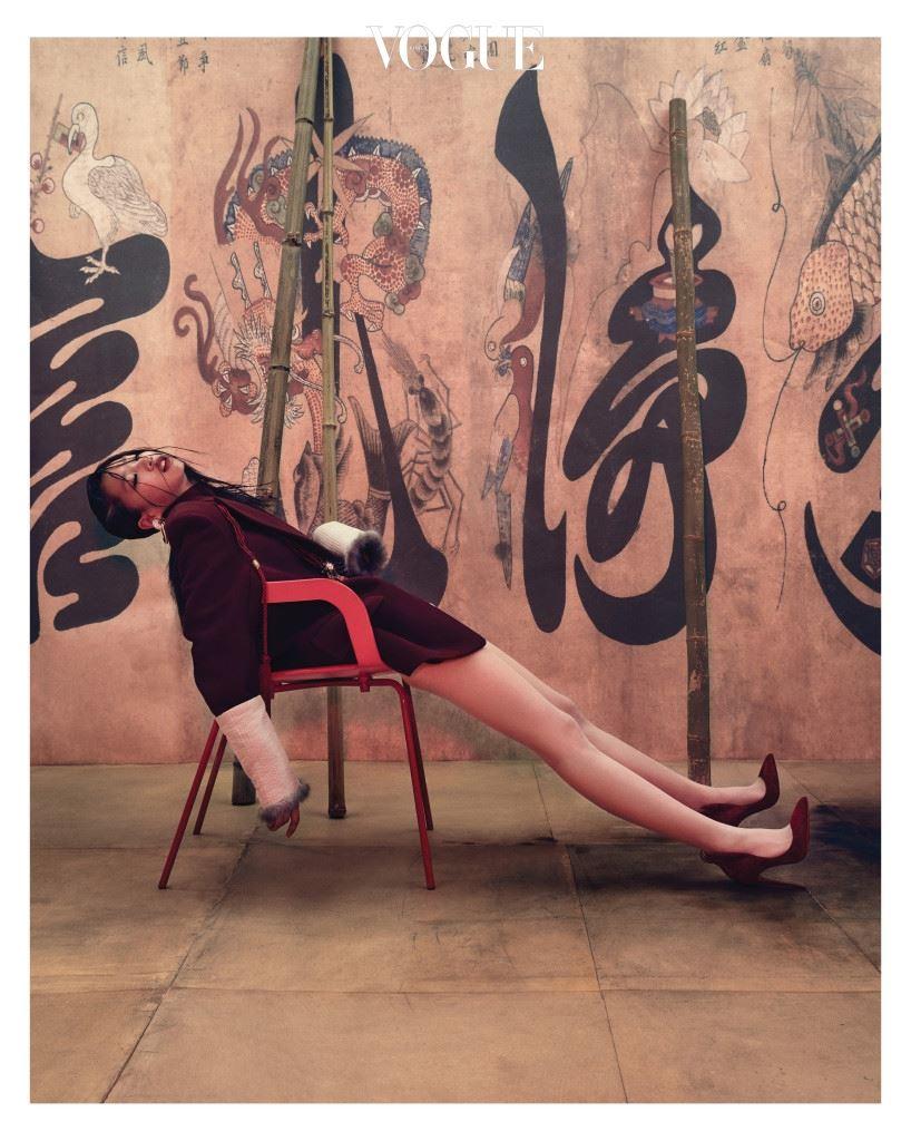 버건디 컬러의 재킷과 터틀넥은 셀린(Céline), 귀고리는 샤넬(Chanel), 같은 컬러의 태슬 장식은 구찌(Gucci), 누빔 토시는 금단제(Kumdanje), 스틸레토 힐은 크리스찬 루부탱(Christian Louboutin).