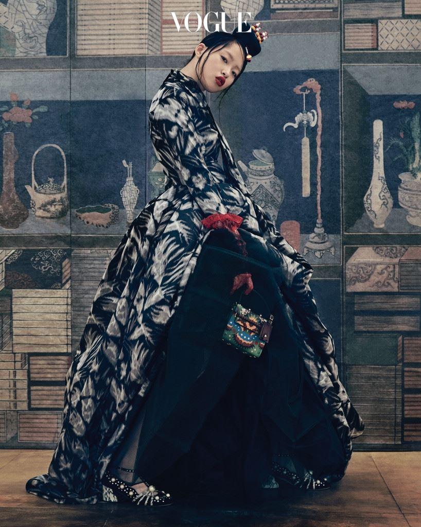 풍성한 볼륨을 자랑하는 드라마틱한 드레스는 마크 제이콥스(Marc Jacobs), 구슬 장식 족두리는 한국의상 백옥수(Baek Oak Soo), 그래픽적인 미니 백은 발렌티노 가라바니(Valentino Garavani), 화려한 진주 장식 T스트랩 슈즈는 구찌(Gucci).