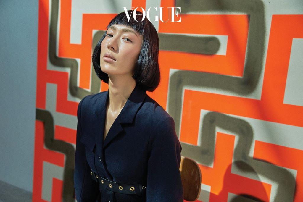 벨트로 가슴 라인을 강조한 재킷은 루이 비통(Louis Vuitton).