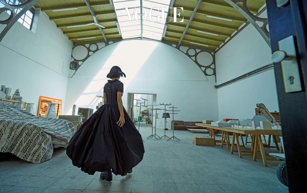 미하엘 자일스토르퍼에게 예술이 아닌 건 없다. 평범한 것도 그의 사유를 거치면 비범한 작품이 된다. 이런 것도 예술이라는 식의 엉뚱한 작품을 대하는 관객들의 황망한 반응까지도 말이다. 아방가르드한 실루엣의 벌룬 드레스, 워커는 루이 비통(Louis Vuitton).