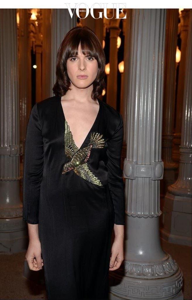 Q3: 가장 좋아하는 구찌 의상은 무엇이죠? 그 옷과 관련된 이야기가 궁금하네요.  . 알레산드로와 구찌 패밀리들이 함께 했던 LACMA 행사 때 입은 드레스에요. 가슴 부위에 새 장식이 있는 딥 브이넥 블랙 실크 드레스죠. 화보 촬영에서도 울 소재로 만든 그 비슷한 드레스를 입은 적이 있었어요. 그때 욕조에 들어가 물에 흠뻑 젖었었죠. 그 드레스를 처음 런웨이에서 본 순간 완전히 매료됐던 기억이 나네요.
