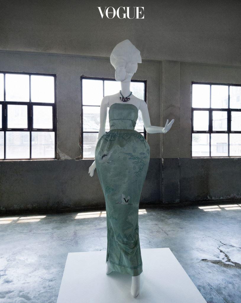 청자 드레스 1959년 우리나라에서 처음 열린 국제 패션쇼에서 한국 대표 디자이너로 참가한 최경자가 만든 청자 드레스. 한국인 최초로 국내에 양재학원을 설립한 최경자의 국제복장학원은 오늘날까지도 패션 분야의 인재 양성소 역할을 하고 있다. 이세득 화백이 학과 소나무를 그린 고급스러운 디자인의 청자 이브닝 드레스와 목걸이는 한국현대의상박물관 소장품.
