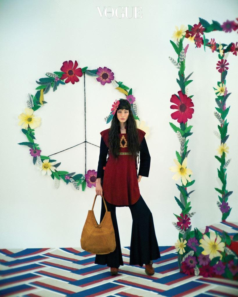 판탈롱과 인디언 베스트, 안에 입은 검은색 톱, 겨자색 가방, 구두는 한국현대의상박물관 소장품.