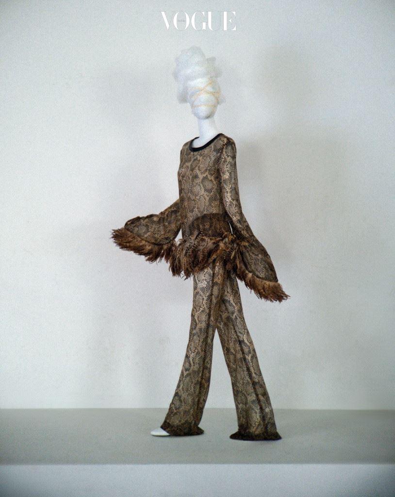 글램 디바 I 신디 로퍼, 마돈나 등 80년대 팝 스타들의 화려한 무대 의상에서 영감을 받아 파워풀하고 섹시한 스타일을 만들어온 디자이너 트로아 조의 80년대 뱀피 문양 투피스. 특유의 깃털 장식과 시스루로 섹시함을 강조한 조형적인 투피스는 트로아조(Troa Cho).