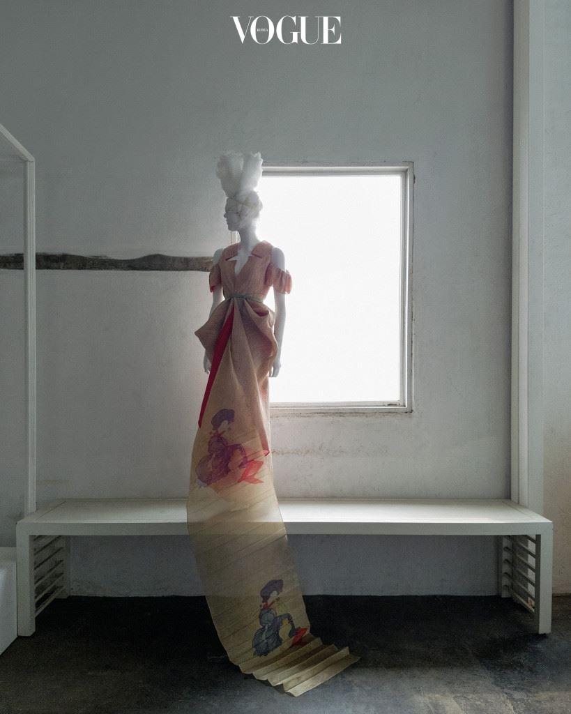 코리아니즘 I 1989년 SFAA(Seoul Fashion Artist Association)가 결성된 후, 이듬해부터 시즌마다 정기 컬렉션이 열리기 시작했고 국내 디자이너들의 해외 진출도 활발해졌다. 90년대 디자이너 전성시대를 이끈 진태옥은 파리 무대에 진출하며 한국 정서를 담은 삼베 드레스를 선보였다. 미인도와 도포 끈 등을 이용한 살굿빛 삼베 드레스는 진태옥(Jinteok).