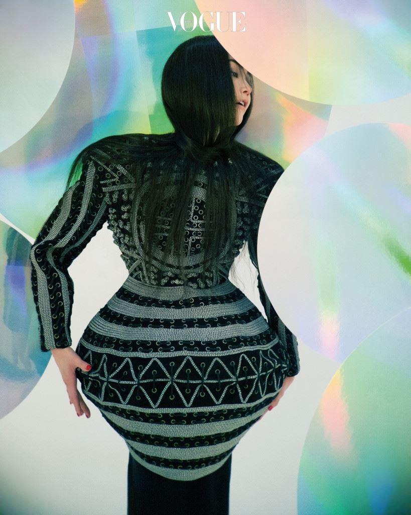 코리안 아방가르드 '88 올림픽'을 기념하기 위해 디자이너 박항치는 특별한 아트 투 웨어를 제작했다. 파워 숄더와 헴라인, 잘록한 허리를 강조한 이 드레스는 수백 개의 작은 구멍을 끈으로 연결한 것이다. 구조적인 형태가 돋보이는 아방가르드한 드레스는 박항치(Bakangchi).