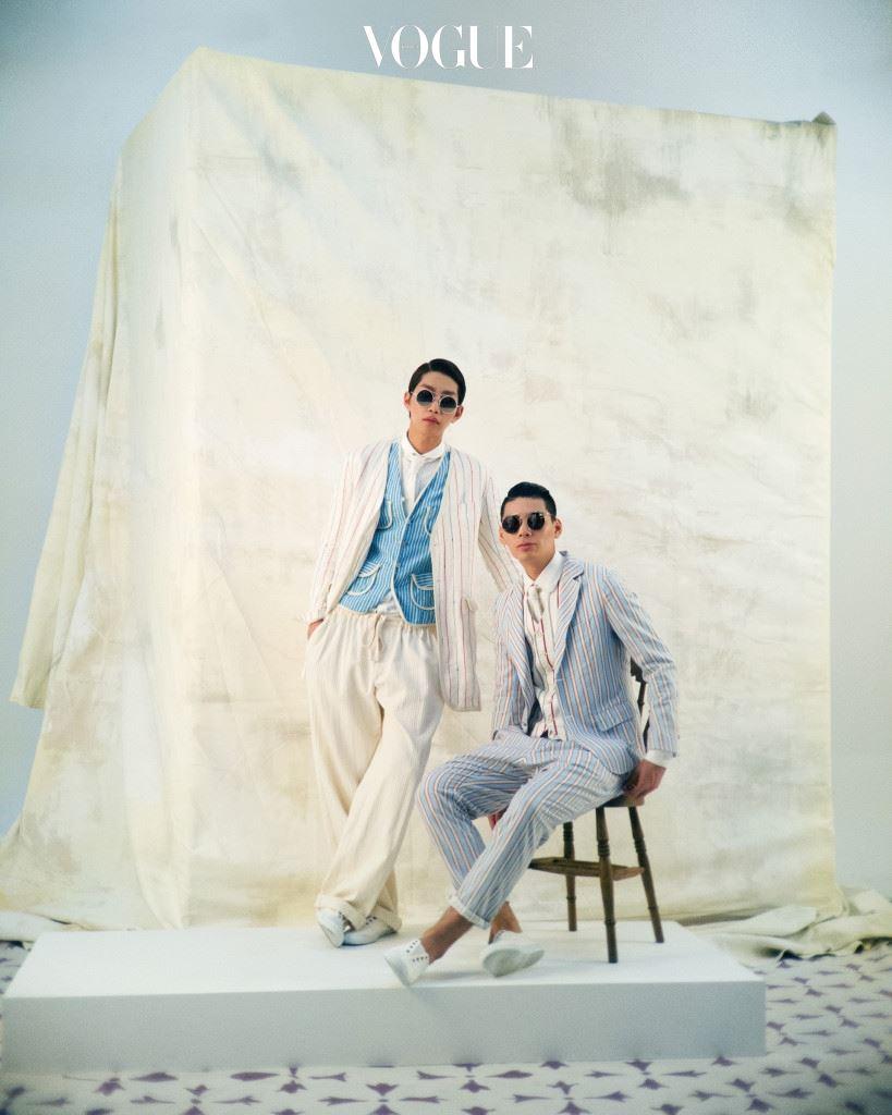 21C 댄디 룩 2000년대 초, 헐렁한 댄디 룩의 대표 주자는 디자이너 홍승완이었다. 두 모델이 입은 리넨 수트는 홍승완의 스위트 리벤지(Sweet Revenge), 김재영의 선글라스는 벤시몽 아이웨어(Bensimon Eyewear at BCD Korea), 이석찬의 선글라스는 옵티션 찰리(Optician Charlie at BCD Korea).