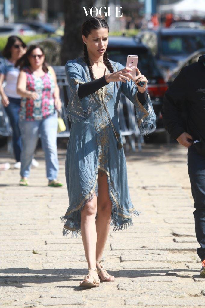 길거리를 걸으며 셀피 삼매경에 빠진 아드리아나 리마(Adriana Lima)