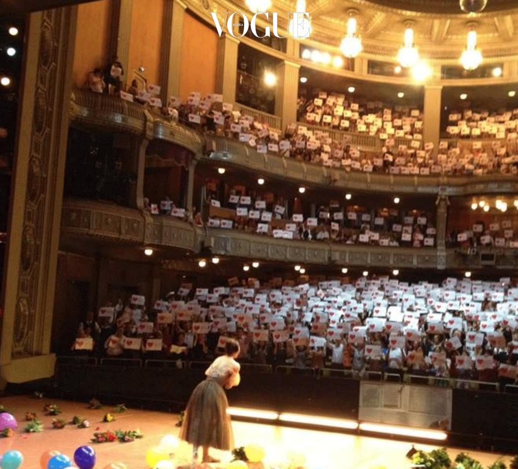 """2016년 7월 22일, 발레리나 강수진은 독일에서 은퇴 무대를 마쳤다. '오네긴' 공연이 끝난 무대엔 객석에서 던진 풍선과 꽃이 가득 했고, 슈투트가르트 스태프 전원이 강수진에게 붉은 장미를 한 송이씩 건넸다. 더 놀라운 선물은 관객들의 깜짝 이벤트! 1400명의 팬들은 """"Danke Sue Jin"""" (고마워요 수진)이라는 글과 빨간 하트가 그려진 플래카드를 단체로 들고 기립해 그녀의 고별 무대를 축하했다."""