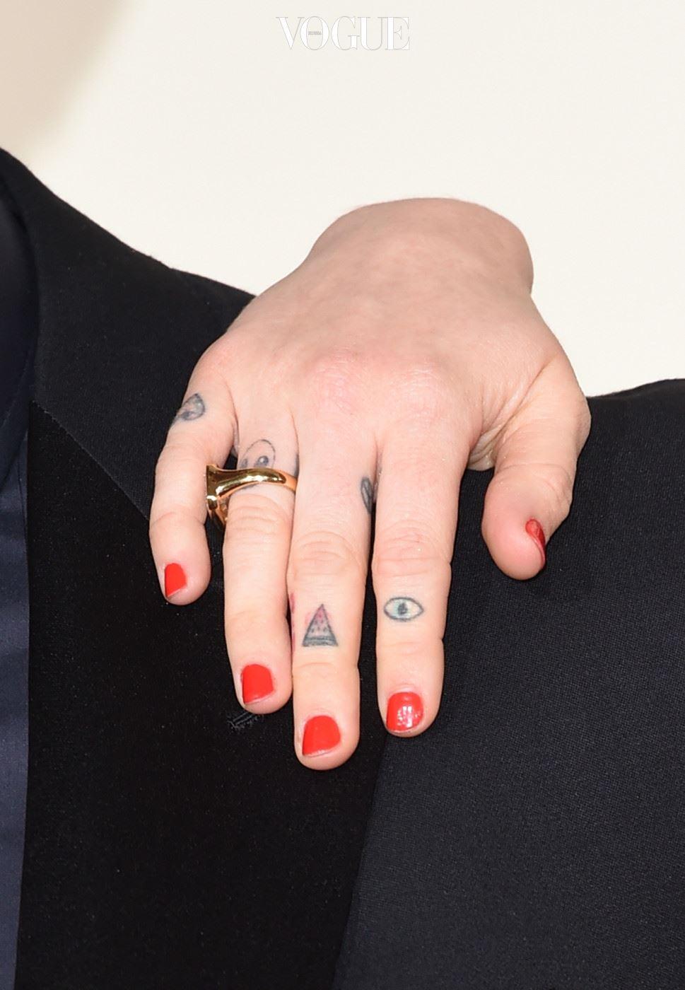 마일리는 가족과 가깝기로 유명합니다. 아빠가 엄지손가락과 집게 손가락 사이에 새겨 넣은 '하트' 모양 타투를 보고, 마일리 역시 새끼 손가락에 같은 모양을 새겼습니다. 가족 일원 모두가 하트 모양 타투를 가지고 있는데, 그녀의 엄마 레티카는 새끼 손가락에, 언니 브랜디는 아빠와 같은 자리에, 오빠 사이러스 역시 엄지 손가락에 갖고 있습니다.