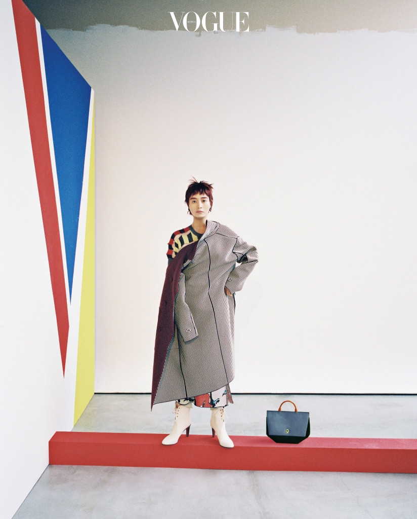 그래픽 패턴의 하모니. 세련된 스트라이프 코트는 비스코스 소재 코트의 안감을 이용한 것. 코트는 보테가 베네타(Bottega Veneta), 컬러 블록 니트 톱은 준야 와타나베(Junya Watanabe at Comme Des Garçons), 스커트는 마크 제이콥스(Marc Jacobs), 레이스업 앵클 부츠는 끌로에(Chloé), 토트백은 까스텔바작(Castelbajac).