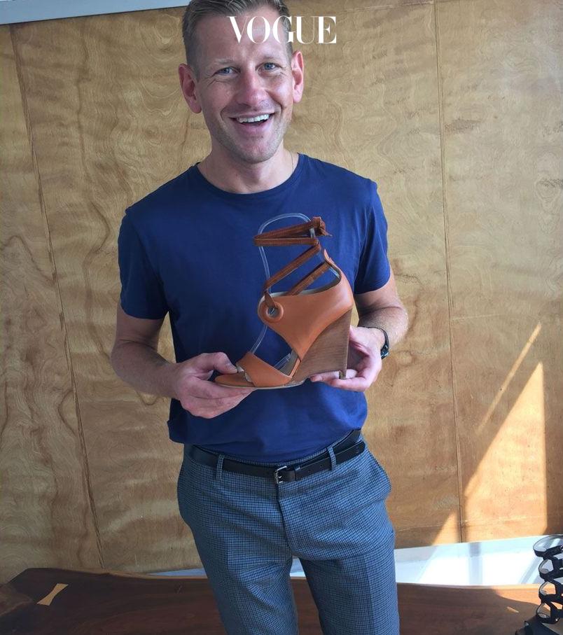 뉴욕 쇼룸에서 17 S/S 컬렉션의 시그너처인 웨지 샌들을 들고 있는 폴 앤드류