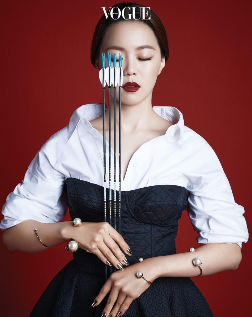 장혜진이 입은 퀼팅 패턴 뷔스티에 드레스와 오버사이즈 화이트 셔츠는 푸시버튼(Pushbutton), 진주 팔찌는 크리스찬 디올(Christian Dior).
