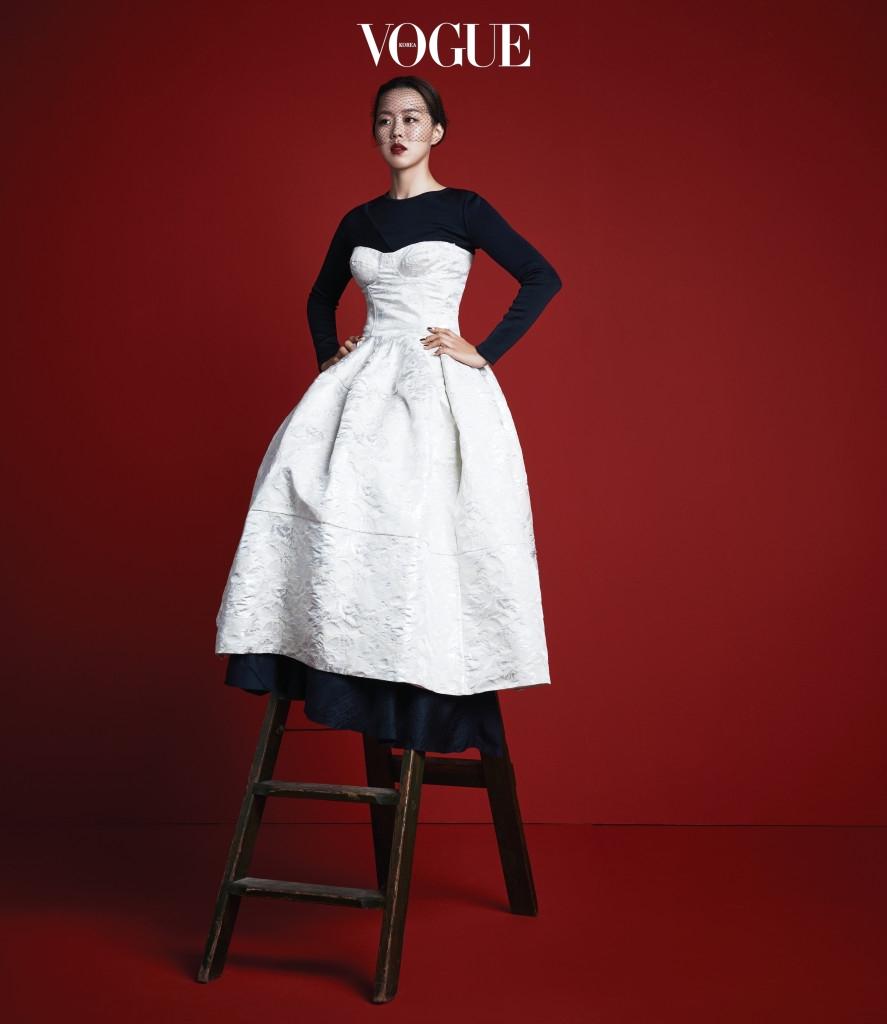 장혜진이 입은 자카드 뷔스티에 드레스는 푸시버튼(Pushbutton), 안에 레이어드한 라운드넥 드레스는 에르메스(Hermès), 베일은 수야(Sooya).