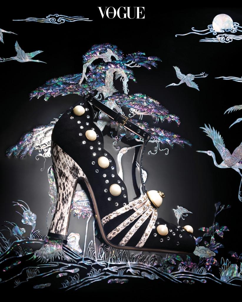 섬세한 장인 정신이 돋보이는 진주와 크리스털, 뱀피 장식의 검정 스웨이드 메리 제인 힐은 구찌(Gucci). 화려한 자개 장식의 송학상은 우석공예사.
