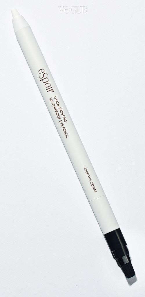 ESPOIR땀과 유분에도 번짐 없이 또렷한 눈매를 유지할 수 있다. '쉐이드 페인팅 워터프루프 아이 펜슬' 휩 더 크림 색상. 가격 1만8천원(0.5g).