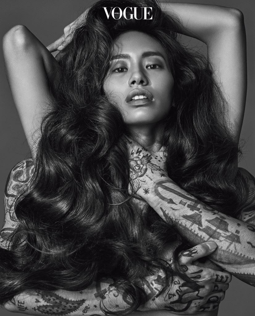 Bouncy Volume 어떻게 스타일링해도 화보 속 모델 같은 볼륨은 연출되지 않는다. 헤어피스를 17개 붙이고 뒷머리를 모두 옆으로 당겨와 촬영한 거니까. 현실 속 여자들이여, 우리에게 중요한 건 없는 숱을 만들어내는 게 아니라 당신의 머리카락이 품은 10%의 공기를 사수하는 일이다.