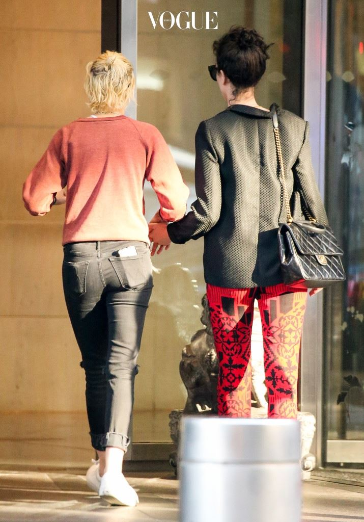 EXCLUSIVE: Kristen Stewart and St. Vincent are spotted heading to the airport in New York City Pictured: Kristen Stewart and St. Vincent Ref: SPL1375280  171016   EXCLUSIVE Picture by: Felipe Ramales / Splash News Splash News and Pictures Los Angeles:310-821-2666 New York:212-619-2666 London:870-934-2666 photodesk@splashnews.com