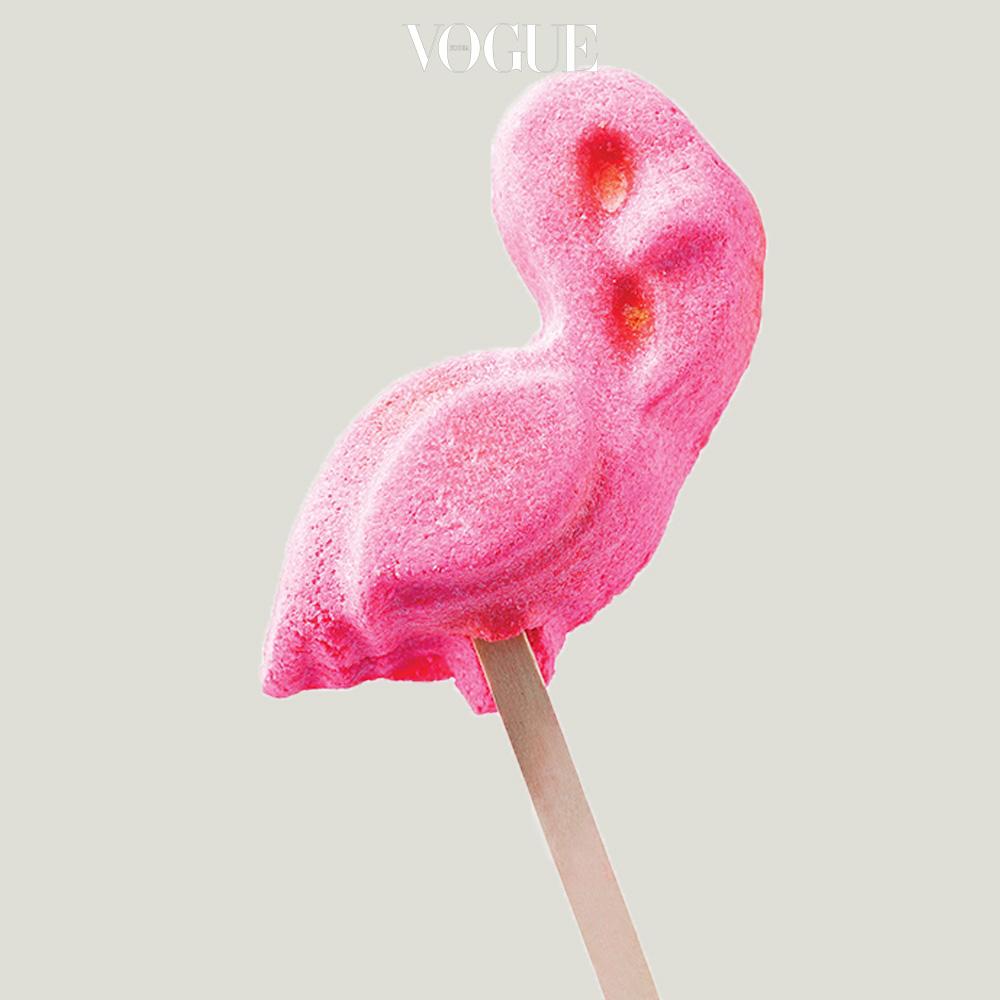 달콤한 막대 사탕처럼 생긴 러쉬의 입욕제 '핑크 플라밍고'. 깜찍한 레더 스티커는 안야 힌드마치.