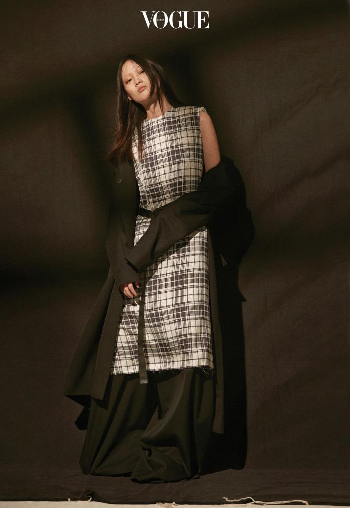 블랙 롱 코트는 랑방(Lanvin), 체크 원피스는 캘빈 클라인 컬렉션(Calvin Klein Collection), 와이드 팬츠는 준지(Juun.J).