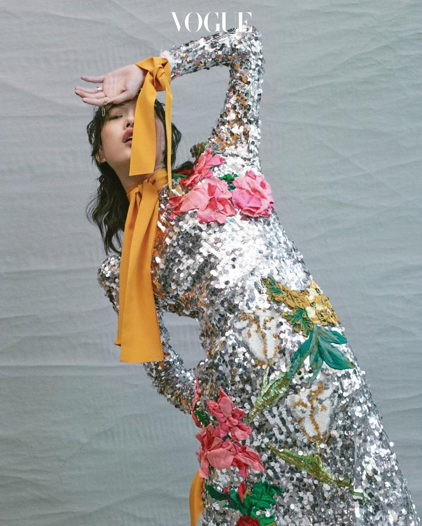 실버 시퀸 드레스는 돌체앤가바나, 옐로 실크 셔츠는 푸시버튼(Pushbutton).