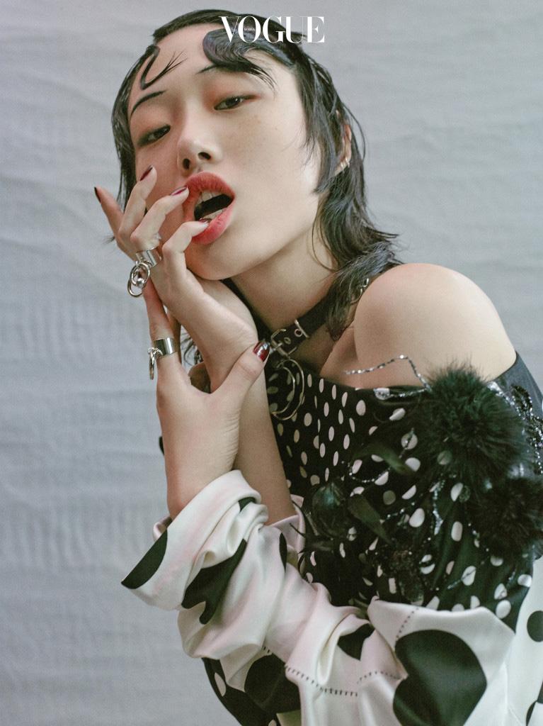 도트 무늬 롱 드레스는 마크 제이콥스(Marc Jacobs).