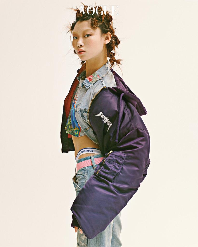크롭트 봄버 재킷은 베트멍(Vetements at Mue), 데님 재킷과 디스트로이드 팬츠는 데님앤서플라이 랄프 로렌(Denim&Supply Ralph Lauren), 크롭트 프린트 톱은 카이(Kye), 브리프는 엠포리오 아르마니 언더웨어(Emporio Armani Underwear), 벨트는 아더에러(Ader Error).
