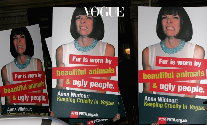 안나 윈투어가 방문한 칵테일 파티장 앞에서 PETA 회원들이 피켓을 들고 시위를 벌였지요