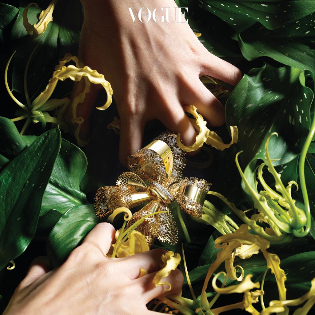 Yellow Gloriosa 반클리프 아펠 브로치는 로맨틱한 순간과 완벽하게 어울린다. 플래티넘과 옐로 골드, 다이아몬드로 완성된 1945년 작 '레이스 보우'는 다이아몬드 꽃송이를 골드 레이스 리본 위에 장식했다. 브로치는 반클리프 아펠(Van Cleef & Arpels).