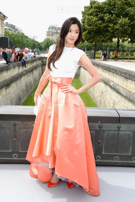 2013년, 파리 오뜨 꾸뛰르 디올 쇼에 참석한 전지현. 쉽지 않은 오렌지색 스커트를 완벽히 소화했네요.