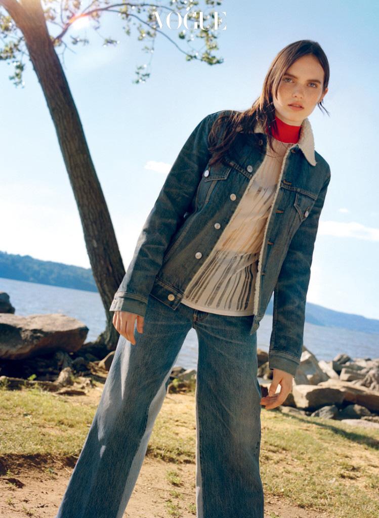 워싱 디테일의 양털 데님 재킷과 블루 진은 리던(Re/Done), 시어 소재의 톱과 브래지어는 파코 라반(Paco Rabanne).