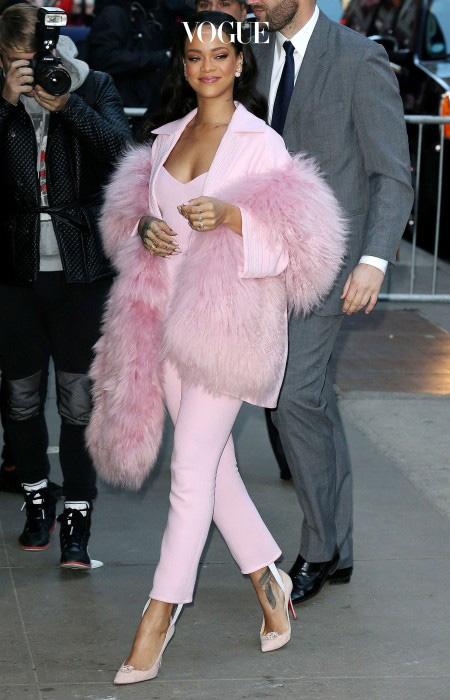 머리부터 발끝까지 온통 분홍분홍한 리한나의 룩! 팬츠 수트로 입으니 핑크색도 유치해 보이지 않죠?