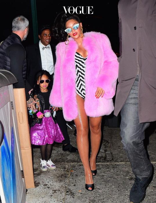 평상시 핑크 옷을 즐겨입는 비욘세! 쇼핑 핑크 컬러의 모피 코트를 걸친 모습에서 그야말로 팝 디바의 아우라가 뿜어져 나옵니다. 딸 아이비도 핑크색 스커트를 입었죠?