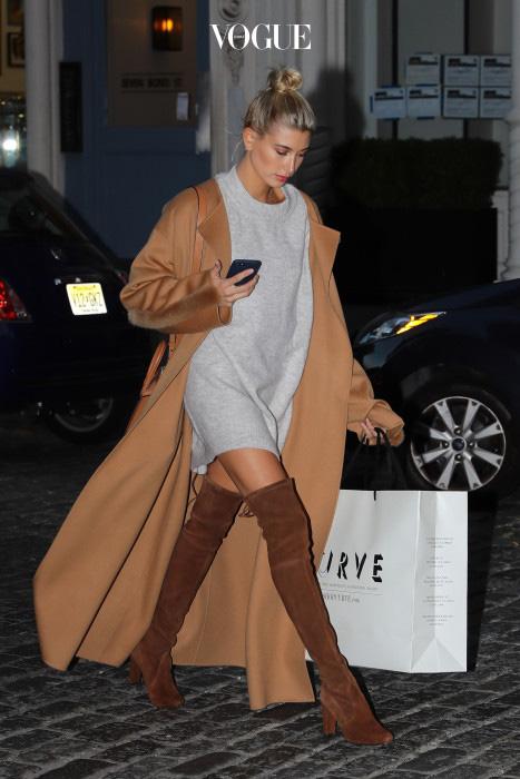 위에서 니트원피스에 앵클 부츠를 신었던 모습과는 또 다른 매력의 헤일리 볼드윈. 짧은 원피스에 싸이 하이 부츠를 신으면 무릎이 가려져 무척 따뜻하답니다. 코트의 색상과 부츠를 브라운톤으로 맞춰 세련돼 보이네요.