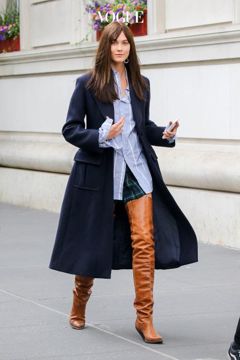 줄무늬 셔츠와 체크 무늬 스커트, 남색 코트는 그야말로 스쿨걸 룩의 전형적인 조합이죠! 그런데 싸이하이 부츠를 신으니  주인공 마냥 다리가 길고 섹시해 보이네요.