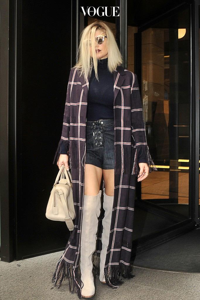 맥시 코트와는 상반된 길이의 마이크로 미니스커트에 싸이하이 부츠를 매치하거나, Fergie