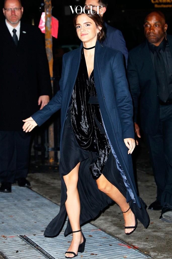 때문에 올겨울 맥시 코트는 드레시한 이브닝 룩부터 Emma Watson
