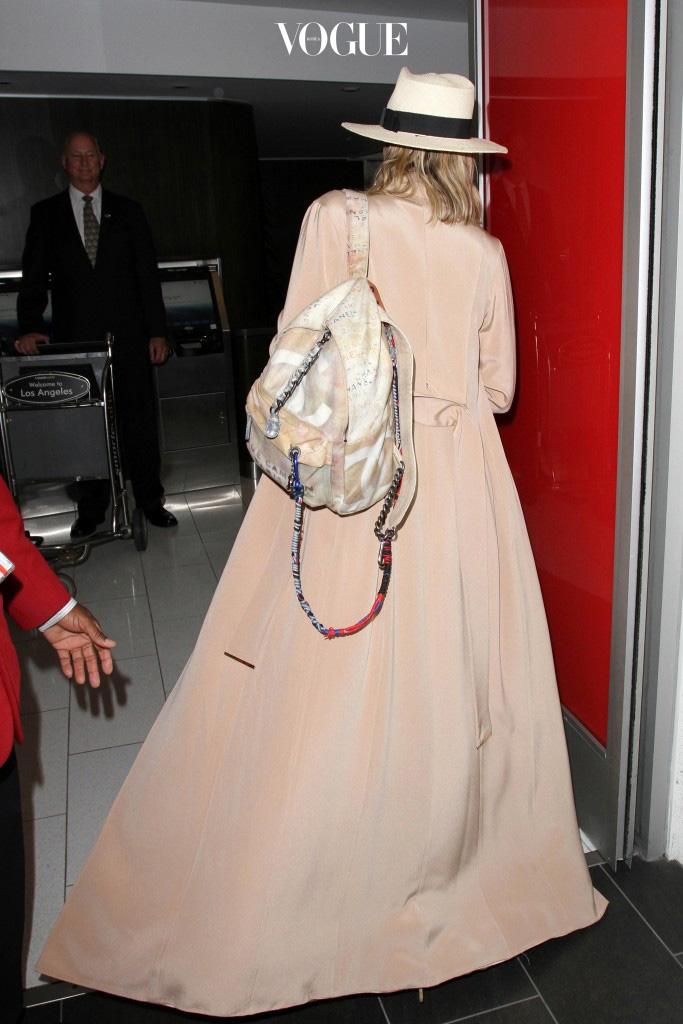 자, 어떤가요. 입는 순간 완벽한 아우라를 뿜어내는 맥시 코트, 올겨울 단 하나의 '절대 코트'로 이것을 선택해야만 하는 이유! Khloe Kardashian
